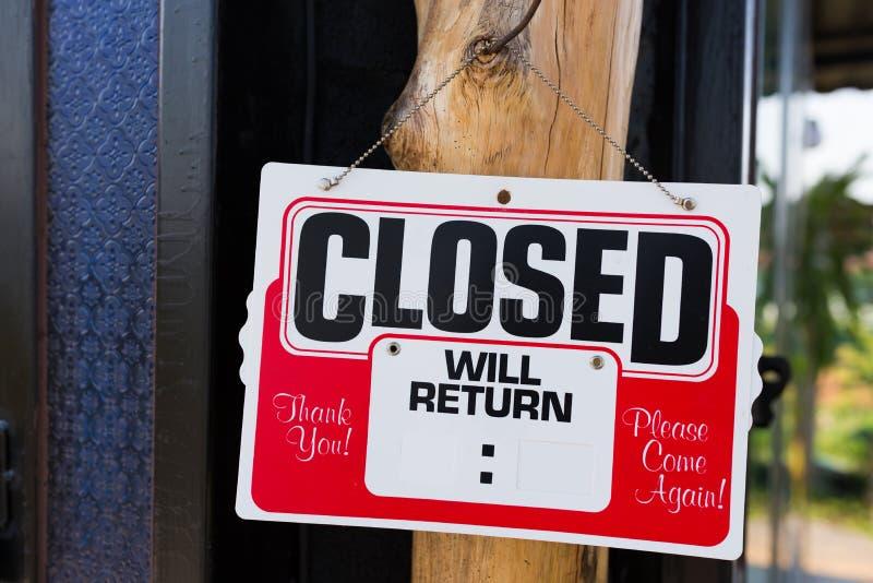 Закрытый знак перед магазином стоковая фотография rf