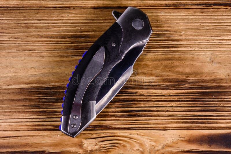Закрытый складывая нож на деревянном столе r стоковая фотография rf