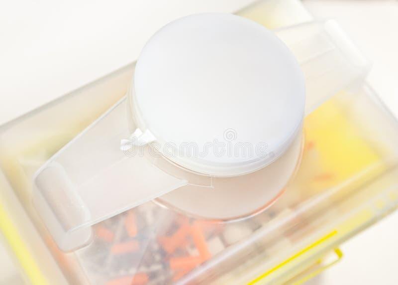 закрытый шприц иглы крышки фокуса избавления стоковое изображение