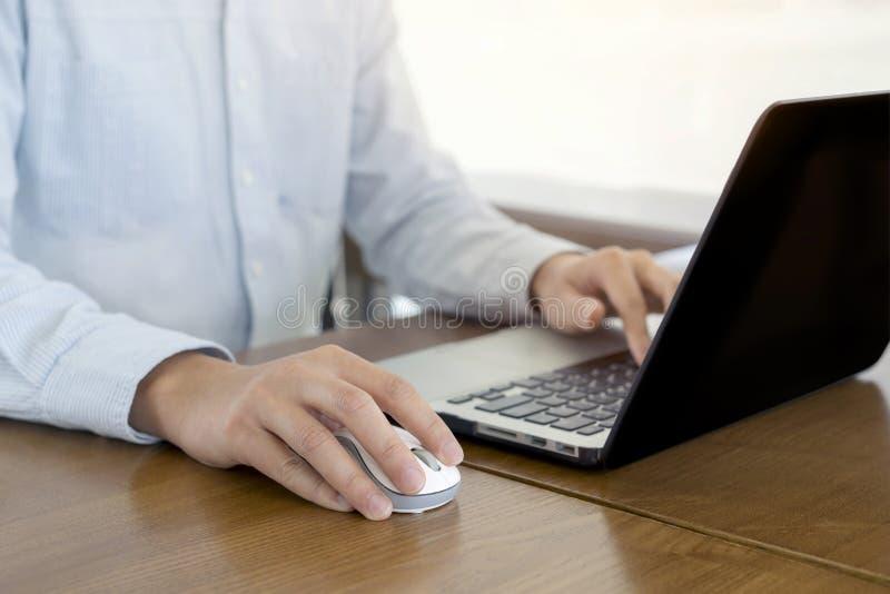 Закрыть, бизнесмены работают с помощью мыши и ноутбука, просматривают интернет-информацию и ведут поиск в Интернете, работают вне стоковые фото