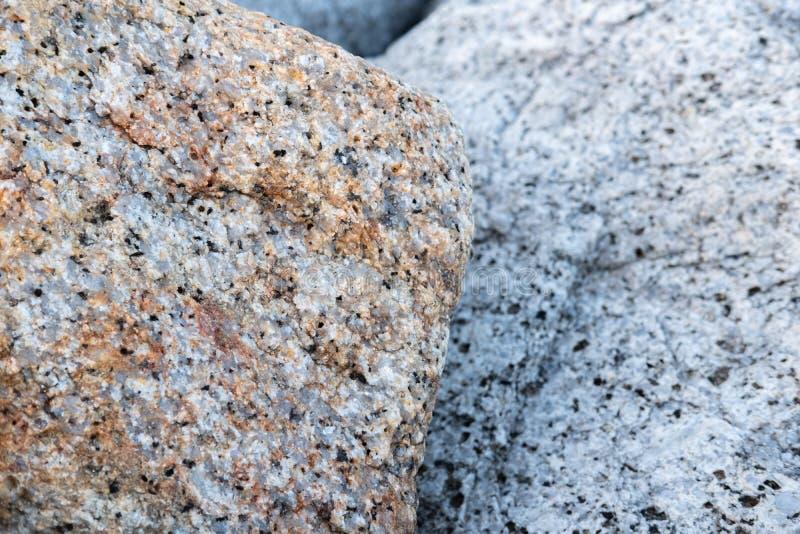 Закрыть каменная водолазная вода на пирсе на пляже стоковые изображения