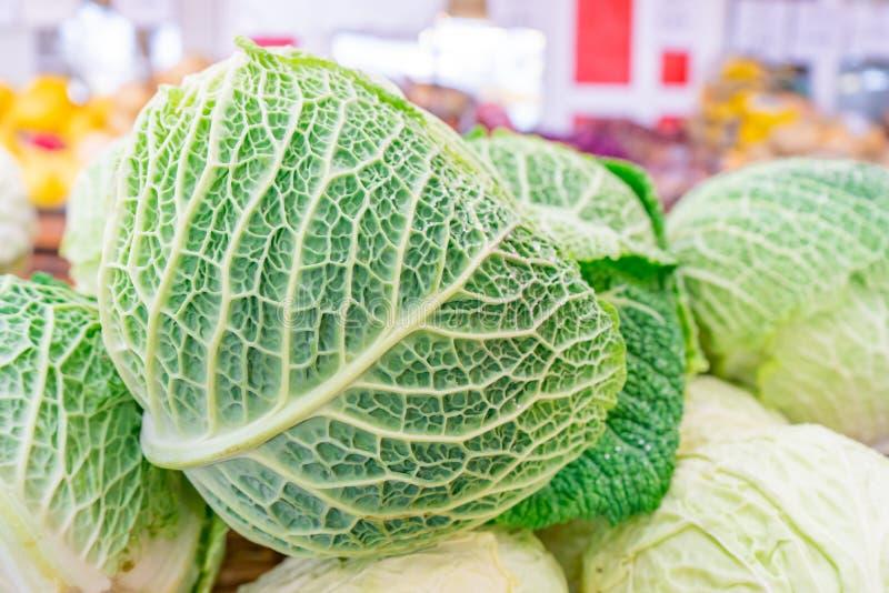 Закрыть капусту Савойи зеленое разнообразие капусты, с толстыми текстурированными листвыми венами, показываемыми, проданными на р стоковое фото rf