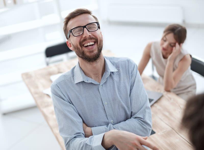 Закрыть молодой сотрудник обсуждает свои идеи с коллегами стоковое изображение