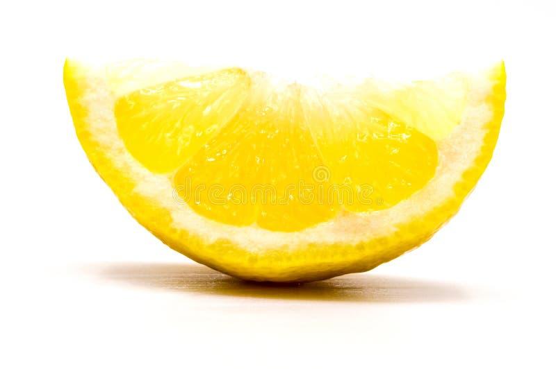 Закрыть на кусочке свежего лимонного клина, изолированного стоковые изображения