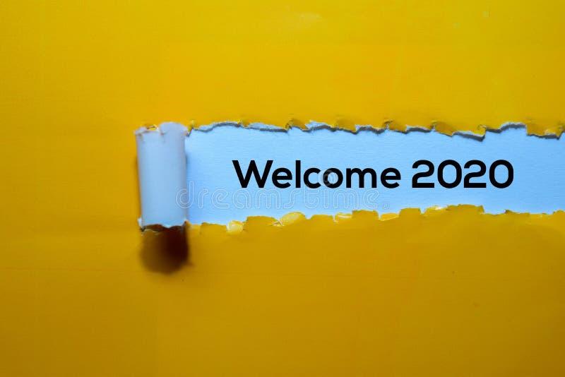 Закрыть приветствие 2020 написано на жёлтой бумаге стоковые фотографии rf