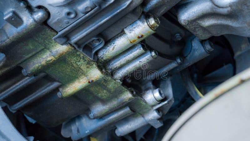 Закрыть утечку передач с помощью службы технического обслуживания автомобиля в гараже и копировальных помещениях, использовать дл стоковое фото