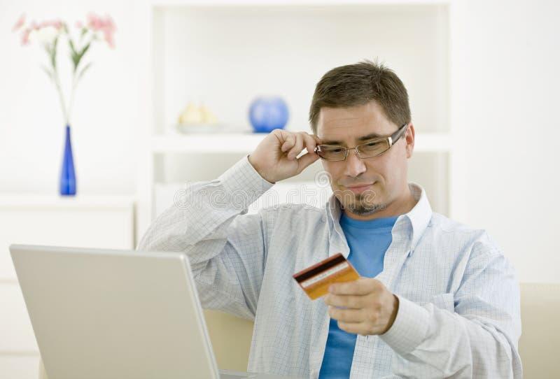 закупать человека кредита карточки стоковая фотография