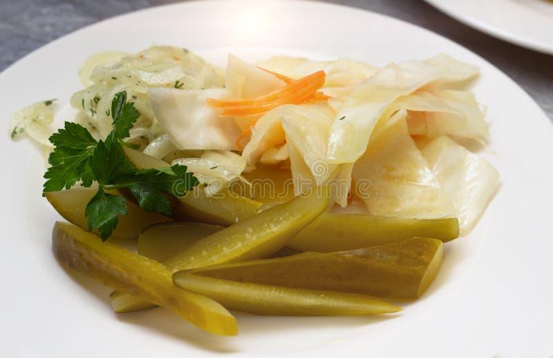 Закуска блюда ресторана с огурцом и капустой, концом-вверх, органическим стоковая фотография rf