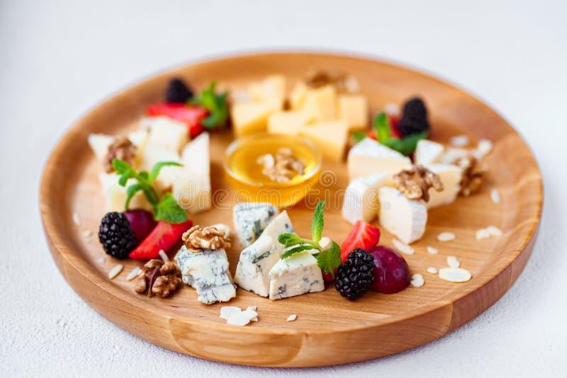 закуска вкусная Плита сыра томаты крена мяса обеда, котор курят wedding стоковые фотографии rf