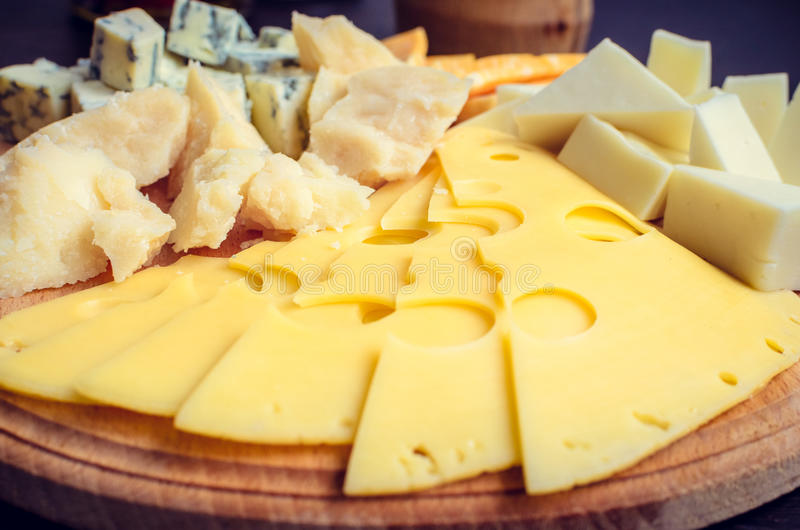 закуска вкусная Плита сыра стоковые фото