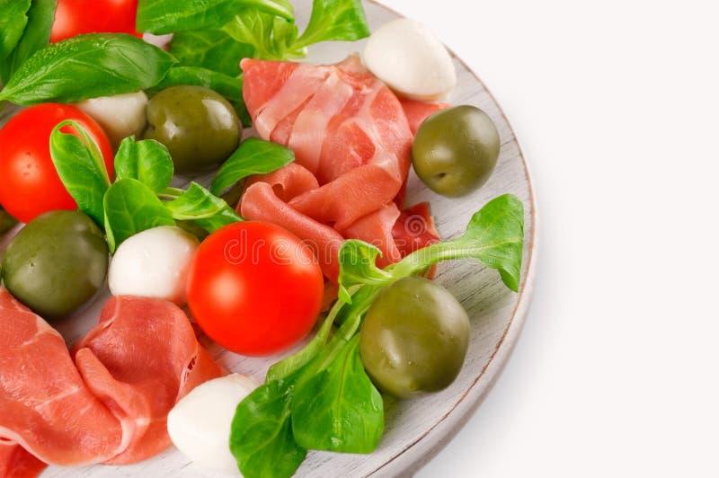 Закуска мяса и овощей на деревянной доске стоковые изображения