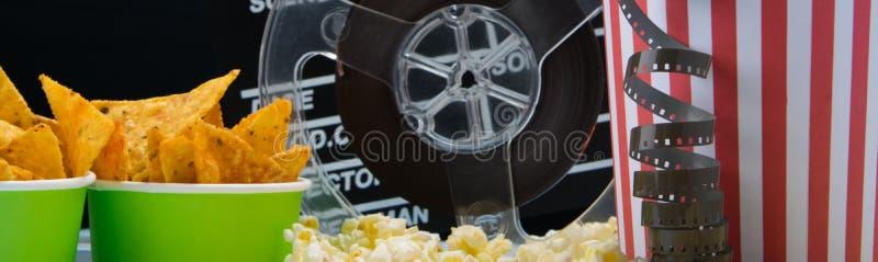 Закуска на баре кино, окруженном ретро вещами, 2 билета, на разбросанном попкорне стоковое изображение rf