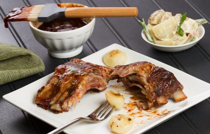 Закуска нервюры барбекю с луками Cipollini и салатом картошки стоковые фотографии rf