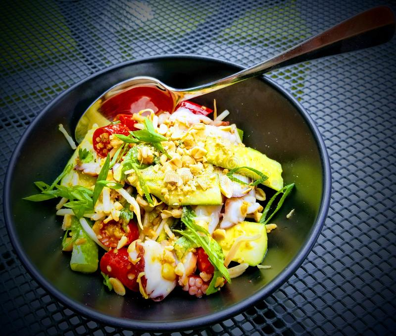 Закуска салата осьминога и авокадоа на обед стоковое фото