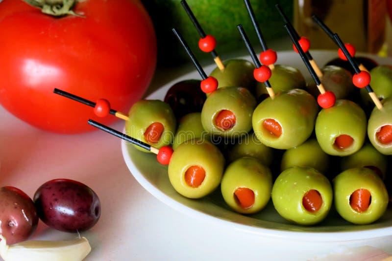 Закуска с оливками, томатом, авокадоом, чесноком и шпиком стоковое изображение