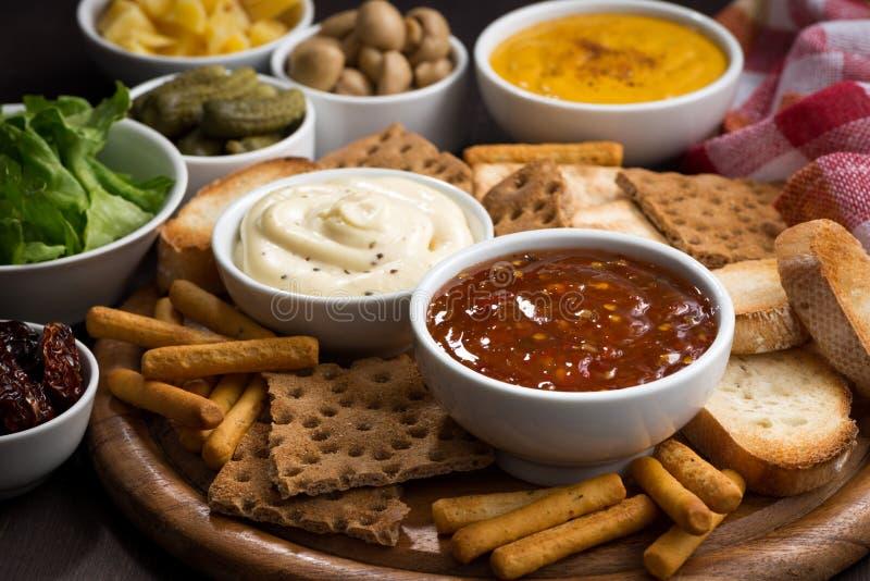 Закуски ассортимента очень вкусные с различными соусами стоковые изображения rf