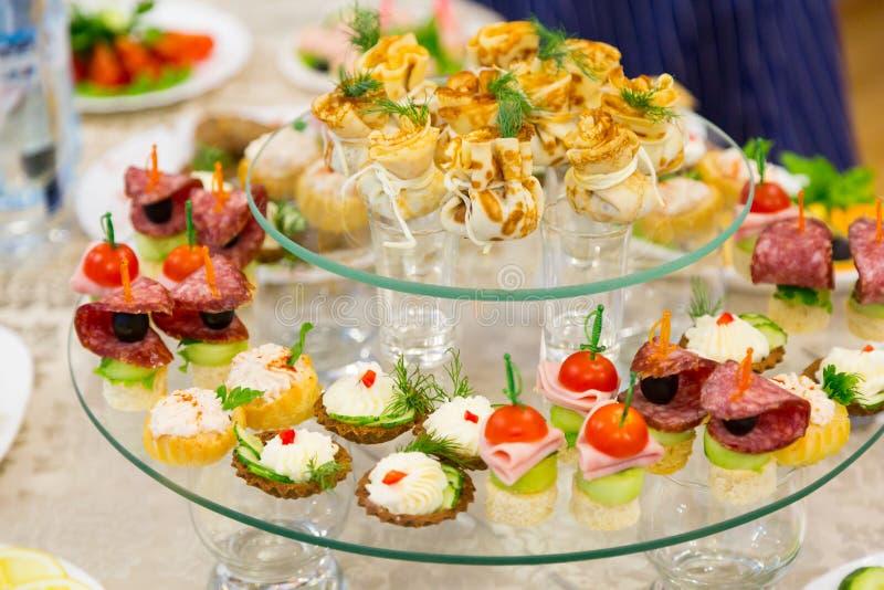 Закуски и деликатесы на банкете или приеме Торжественный прием стоковые изображения