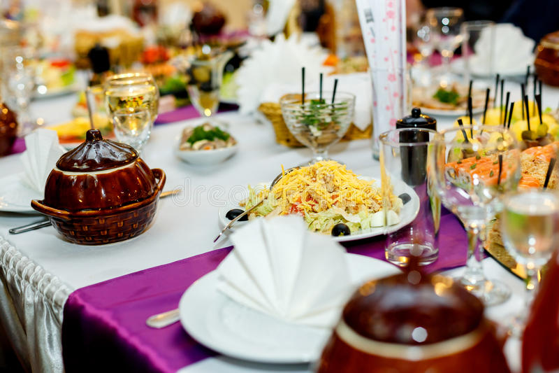 Закуски и салаты на таблице банкета стоковое фото