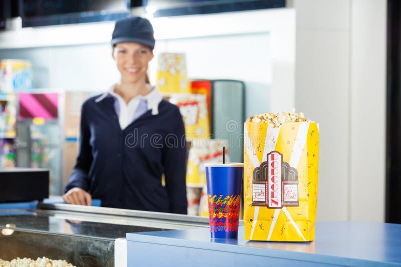 Закуски на стойке уступке на кино с работником стоковая фотография rf