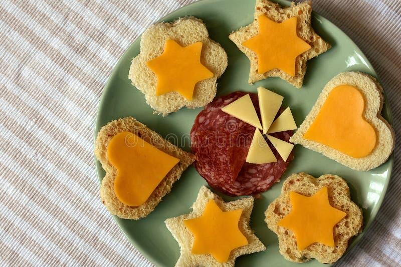 Закуски партии ребенк, сэндвичи на зеленой плите стоковое фото