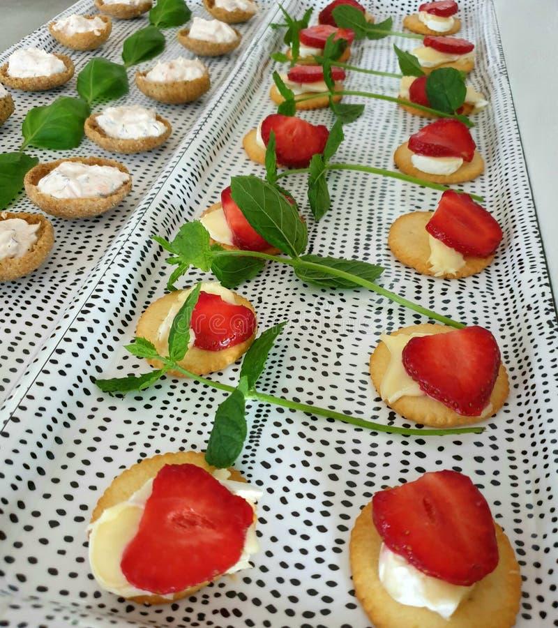 Закуски партии - соленые печенья с сыром, клубники, мусс креветки стоковое изображение rf