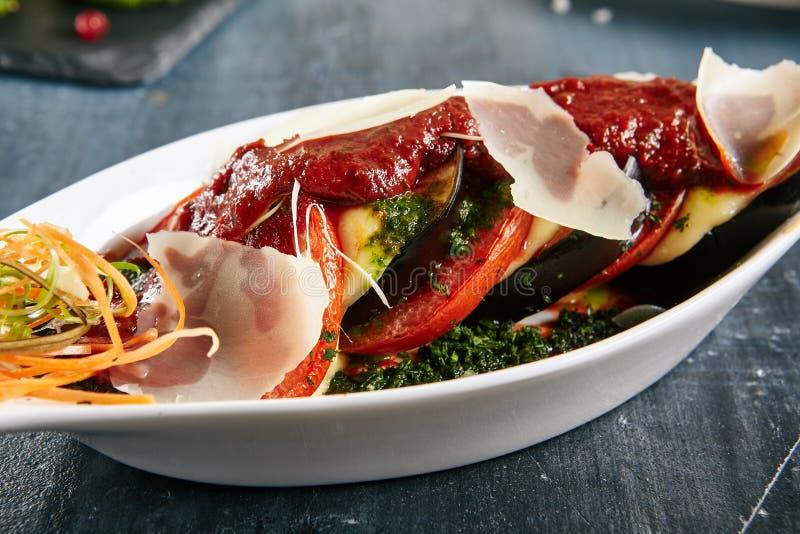 Закуски с испеченными баклажаном, сыром и томатами стоковое фото rf
