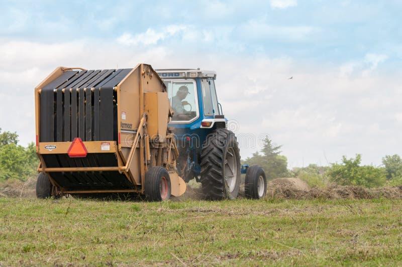 Закладывать сено в лете стоковые фото