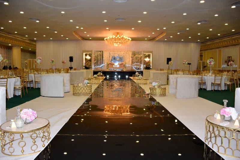 Зала банкета украшенная для свадебного банкета стоковые изображения rf