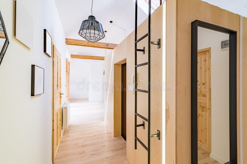 Зала квартиры с деревянными дверями стоковое фото rf