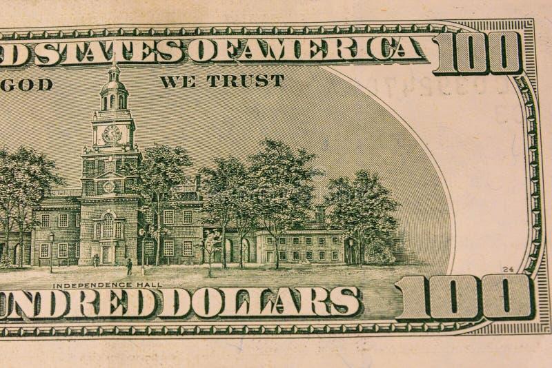 Зала независимости на задней стороне 100 долларов счета стоковые фото