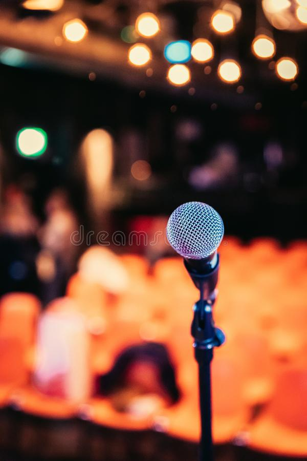 Зала пустого события: Закройте вверх стойки микрофона, свободных мест в расплывчатой предпосылке стоковые фотографии rf