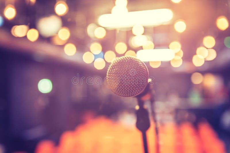 Зала пустого события: Закройте вверх стойки микрофона, свободных мест в расплывчатой предпосылке стоковые изображения rf