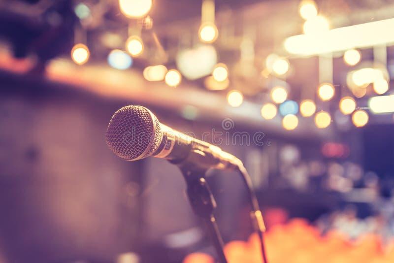 Зала пустого события: Закройте вверх стойки микрофона, свободных мест в расплывчатой предпосылке стоковая фотография