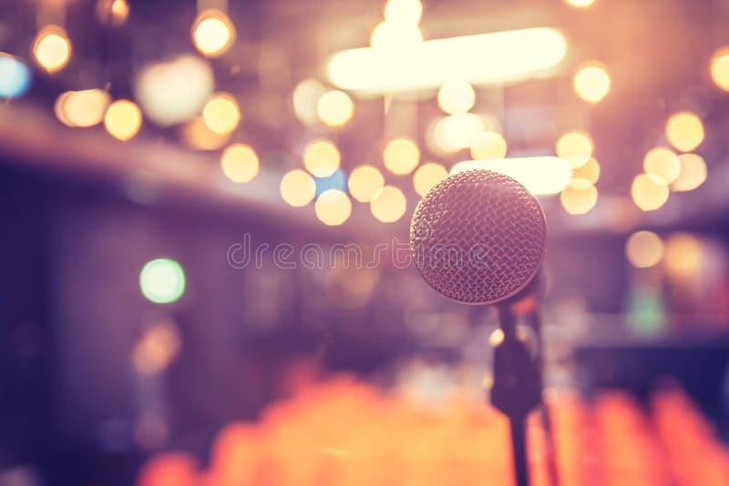 Зала пустого события: Закройте вверх стойки микрофона, свободных мест в расплывчатой предпосылке стоковое фото rf
