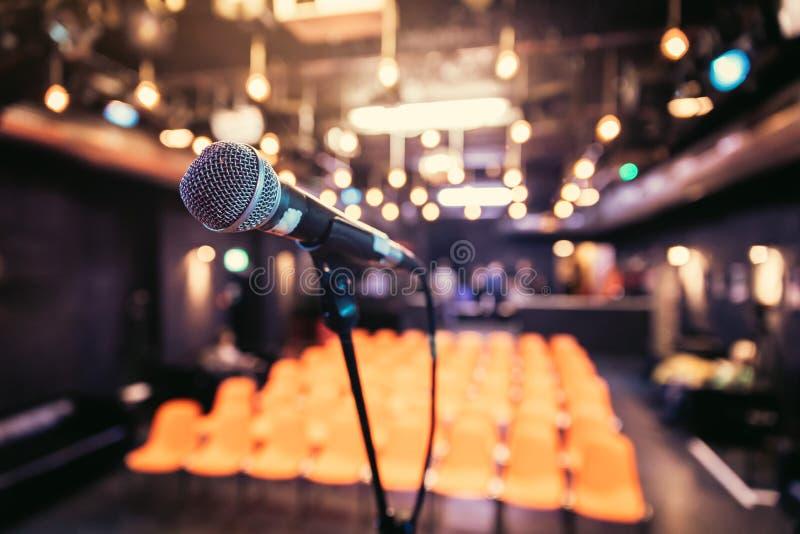 Зала пустого события: Закройте вверх стойки микрофона, свободных мест в расплывчатой предпосылке стоковое изображение