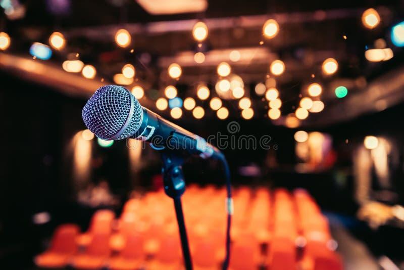Зала пустого события: Закройте вверх стойки микрофона, свободных мест в расплывчатой предпосылке стоковое изображение rf