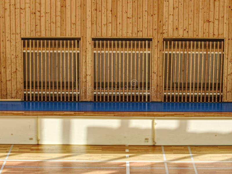 Зала спортзала Schooll с системой отопления над деревянной крышкой баров стоковые изображения rf