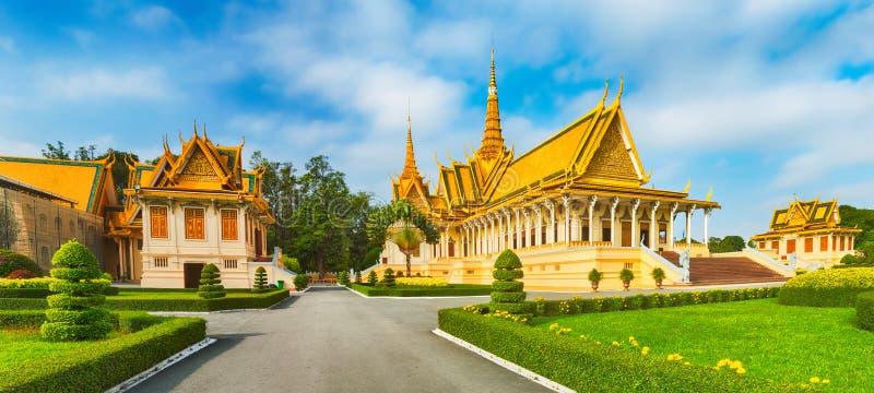 Зала трона внутри королевского дворца в Пномпень, Камбодже панорама стоковые изображения rf