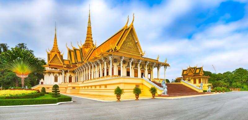 Зала трона внутри королевского дворца в Пномпень, Камбодже панорама стоковое фото rf