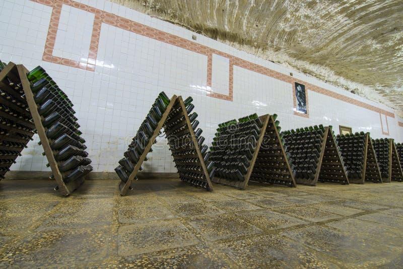 Зала хранения белых бутылок игристого вина стоковое изображение rf