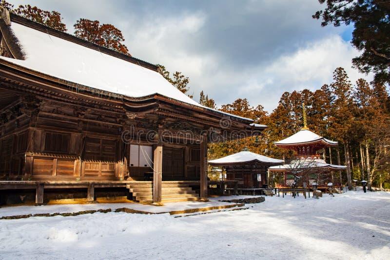 Зала Rengejoin Daiedo, Danjo Garan, Koyasan, покрытое со снегом на ясный день, Япония стоковые изображения rf