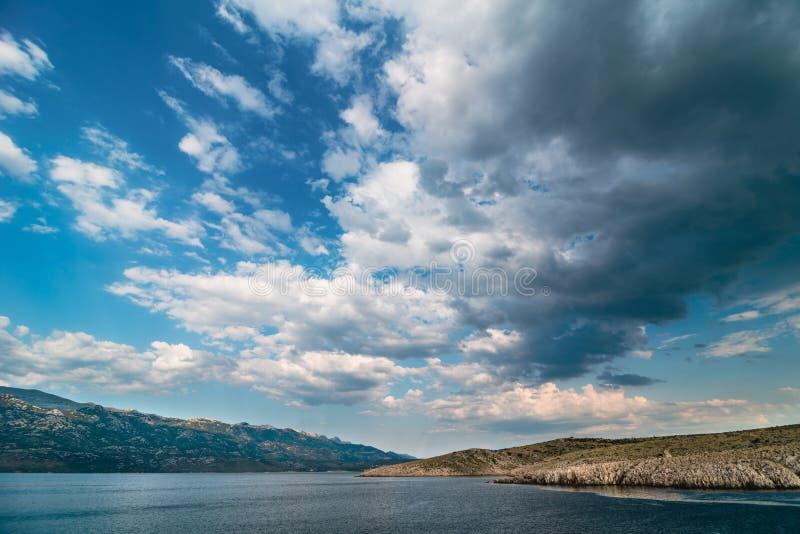 Залив Адриатического моря с драматическим небом обозревая горы нацио стоковые изображения