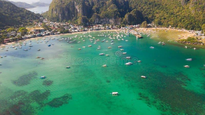 Залив вполне шлюпок ждать туристов на El Nido Филиппинах стоковые фотографии rf