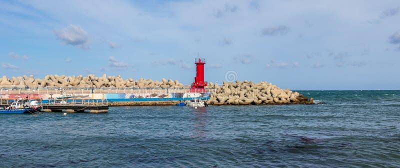 Залив гавани с маяком накидки Ganjeolgot и волнореза Самый восточный пункт полуострова в Ульсане, Южной Корее ashurbanipal стоковые фотографии rf
