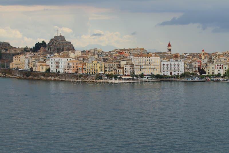 Залив и город моря на берег corfu Греция стоковое изображение rf