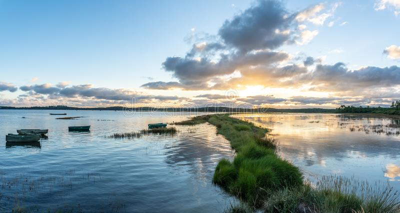Залив Arcachon, Франция Луга соли Ares на заходе солнца стоковые фото