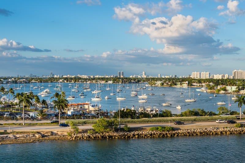 Залив Biscayne и scenics Флориды мощеной дорожки Macarthur, Соединенные Штаты Америки стоковое изображение