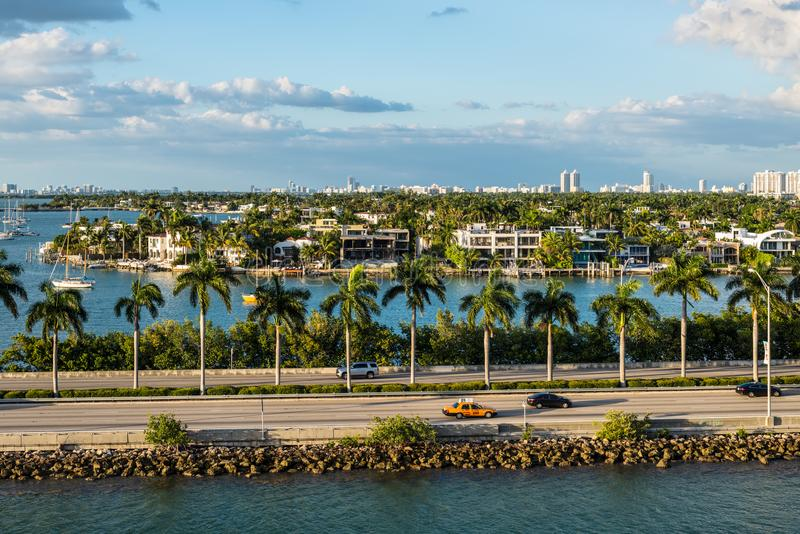 Залив Biscayne и scenics Флориды мощеной дорожки Macarthur, Соединенные Штаты Америки стоковые фото