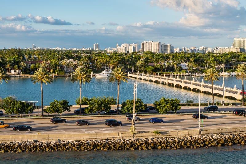 Залив Biscayne и scenics Флориды мощеной дорожки Macarthur, Соединенные Штаты Америки стоковое фото rf