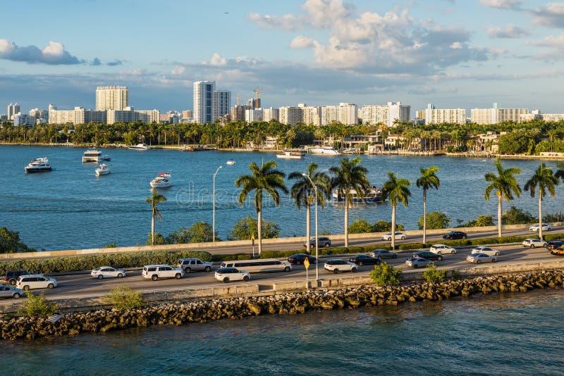 Залив Biscayne и scenics Флориды мощеной дорожки Macarthur, Соединенные Штаты Америки стоковая фотография rf